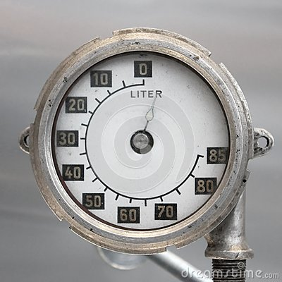 Free Old Vintage German Airplane Fuel Gage, Scale With An Arrow, , 0-85 Liters Royalty Free Stock Images - 101106549