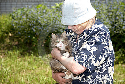 The old woman holds cat