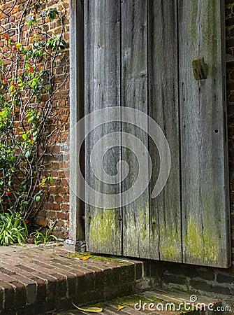 Free Old Wooden Door Opens To A Forgotten Garden Stock Images - 55041174