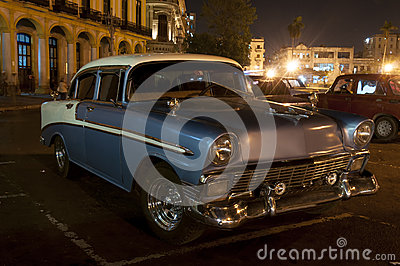Oldtimer parked in front of cuban Capitolio