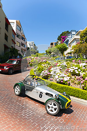 Oldtimer passes the lombard street, Editorial Stock Image