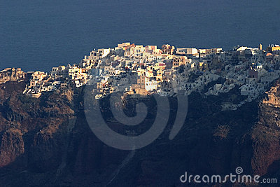 Olhando os acroos ao penhasco cobrem a cidade de Oia, Santorini, fron visto Fira.