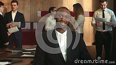 Olhar afro-americano do homem de negócios na câmera video estoque
