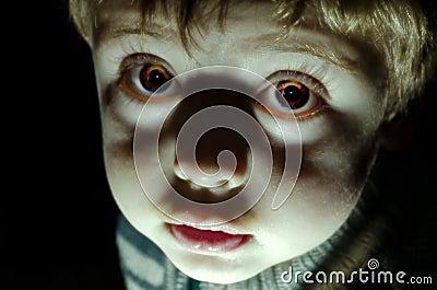 Olhar assustador da criança