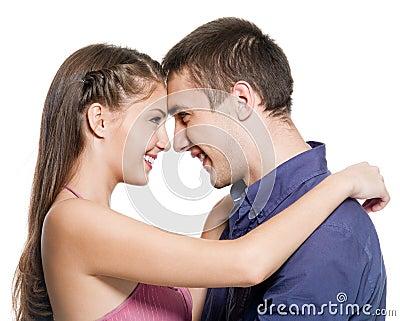 Olhar feliz do abraço dos pares uns contra os outros