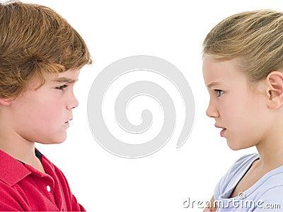 Olhar fixamente do irmão e da irmã