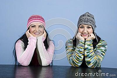 Olhar fixamente feliz de duas meninas