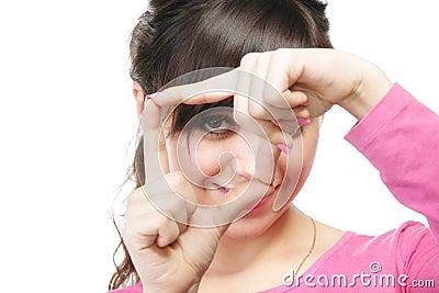 Olhe através do frame do dedo