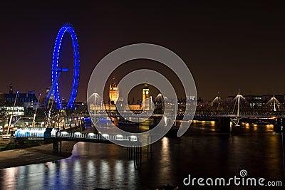 Olho do palácio e da Londres de Westminster na noite Fotografia Editorial