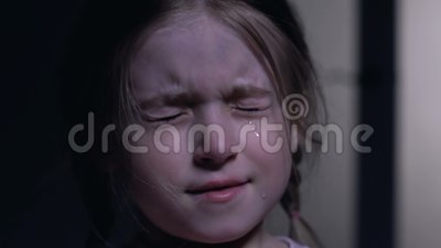 Olhos de fechamento da menina bonito do horror e do grito, medos da infância, close up video estoque