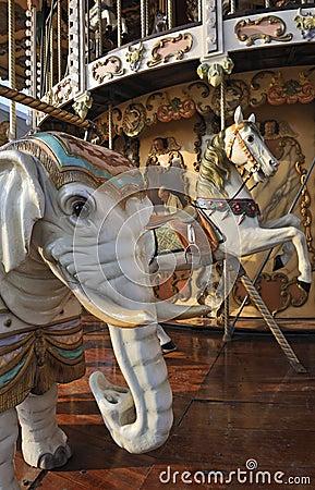 olifant-en-paard-op-de-carrousel-van-het-kermisterrein-thumb7643361.jpg