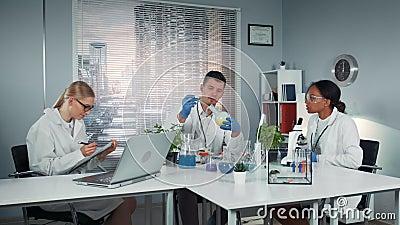 Olika forskarlag som följer kollegiets experiment med vätska i kolv arkivfilmer