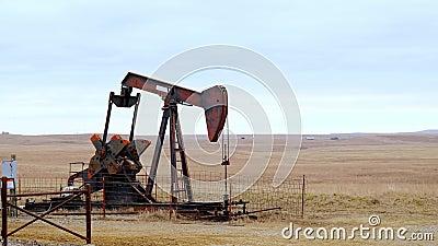Oljekällornas vattenpump Jack pumpar råolja för fossila bränslen Utrustning för amerikansk olja- och gasindustri, utvunnen ur en stock video