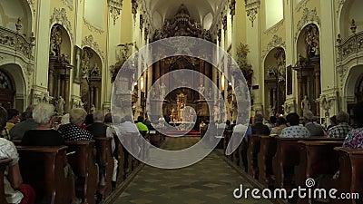 OLOMOUC, republika czech, LIPIEC 30, 2017: Katolicka chrześcijanin masa po żniwa i liturgia uwielbiamy bóg, dziękczynienie zbiory wideo