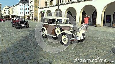 OLOMOUC, TSCHECHISCHE REPUBLIK, AM 5. JULI 2018: Historische Autoveterane auf einer allgemeinen Autofahrt durch Stadt von Olomouc stock video