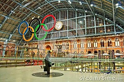 Olympische ringen bij St Pancras post Redactionele Foto