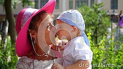 Oma kussende kleinzoon stock footage