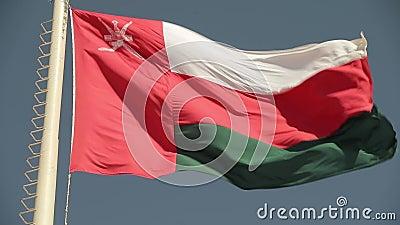 Oman Fahne, die gegen den Himmel weht, perfekt für Film, Nachrichten, digitale Komposition stock video footage