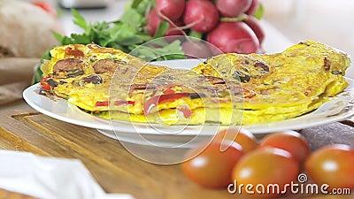 Omeleta que cozinha na placa filme
