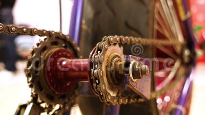 Omgezette creatieve fietsketting met het chainring van aandrijving stock video