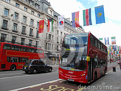 Omnibus de apilador doble en calle del regente Imagen de archivo editorial