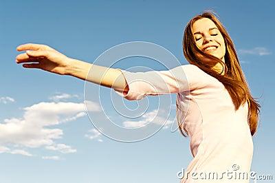 Onbezorgd meisje en blauwe hemel