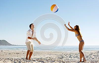 Onbezorgde beachballpret