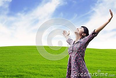 Onbezorgde vrouw bij de weide