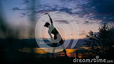 Onbezorgde vrouw die in de zonsondergang dansen vakantievitaliteit gezond het leven concept stock footage