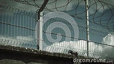 oncretestaket som förses med en hulling - tråd- och bevakningkamera arkivfilmer