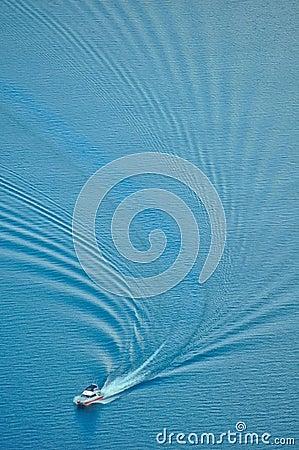 A onda de água de uma lancha
