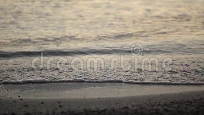 Ondas de la orilla de mar del verano las pequeñas salpican almacen de video