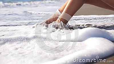 Ondas de oceano que lavam sobre os pés fêmeas bronzeados Pés da areia dourada de encontro da menina 'sexy' na praia do mar e do r vídeos de arquivo