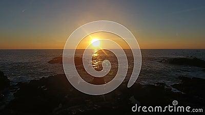 Ondas que deixam de funcionar no por do sol em Porto Moniz, Madeira video estoque