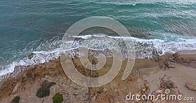 Ondas, rocas y arena metrajes