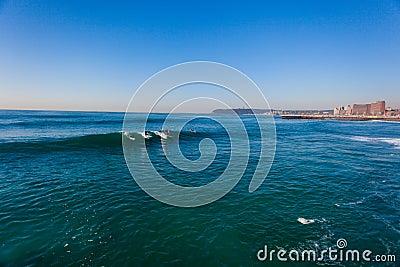 Onde delicate praticanti il surfing Durban Immagine Stock Editoriale
