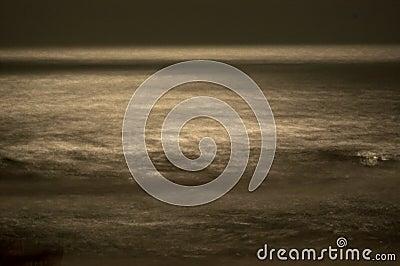 Onde vaghe nella luce della luna