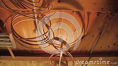 Onder het plafond hang hoepels voor trommels van hout worden gemaakt dat stock footage