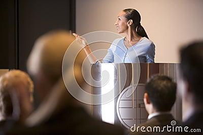 Onderneemster die presentatie geeft bij podium