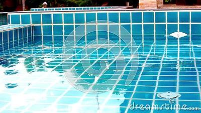 ondulation brillante de l 39 eau bleue dans la piscine d calage visuel banque de vid os vid o. Black Bedroom Furniture Sets. Home Design Ideas
