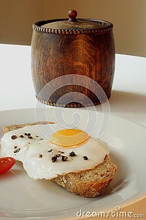 One fried egg on wheaten bread