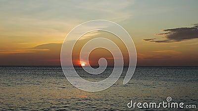 Ongelofelijke zonsondergang op het strand van Aruba Caraïbisch Onvergetelijke weergave stock video