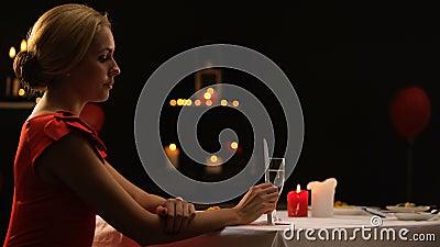Ongelukkige mooie dame die restaurant in bezorgdheid, vriend laat voor diner verlaten stock footage