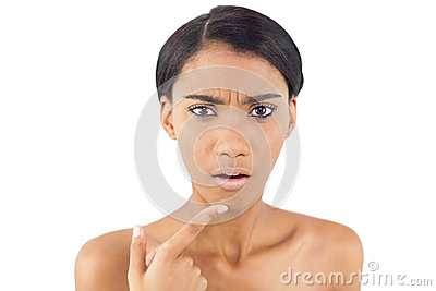 Ongerust gemaakte vrouw die op rimpel op haar kin richten
