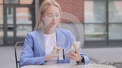 Online zakupy niepowodzenie dla Młodego bizneswomanu na Smartphone zbiory