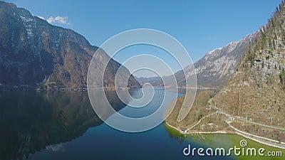Ontruim blauwe hemel over hooggebergte nadenkend in meer, nationaal park, vakantie stock video