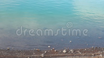 Ontruim warm water in meergeiser in berg op kust van Noordpool Oceaangroenland stock video