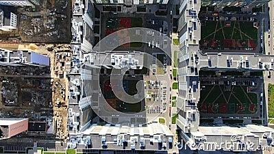 Ontwikkeling van stedelijke infrastructuur Beweging Panoramisch beeld van grote residentiële complexen en werven met ontwikkelde stock video