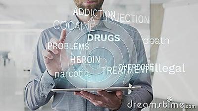 Onwettige drugs, dood, verdovende, asociale die woordwolk als hologram wordt gemaakt op gebruikte tablet door de gebaarde mens wo stock video