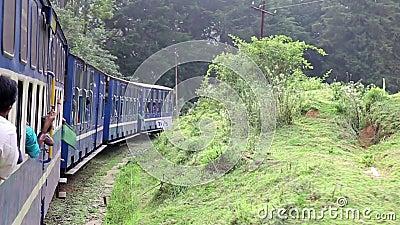 OOTY, ИНДИЯ - МАРТ 2013: флаги сигнализируя исторический использующий энергию пар поезд видеоматериал